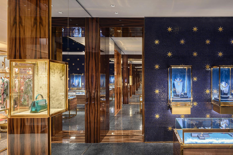Nos fundos do térreo fica a joalheria, determinada pelo tonalidade azul.  Algumas paredes ganham mármores italianos azuis boquira  e outras recebem  ... 3524fb8339