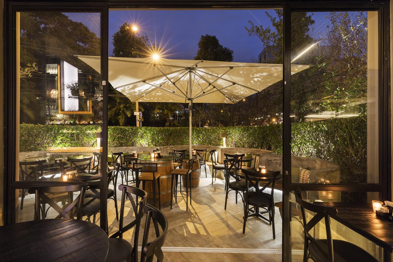 A área Externa Do Bar é Envolvida Por Bastante Verde | Foto/imagem: Rafael  Renzo